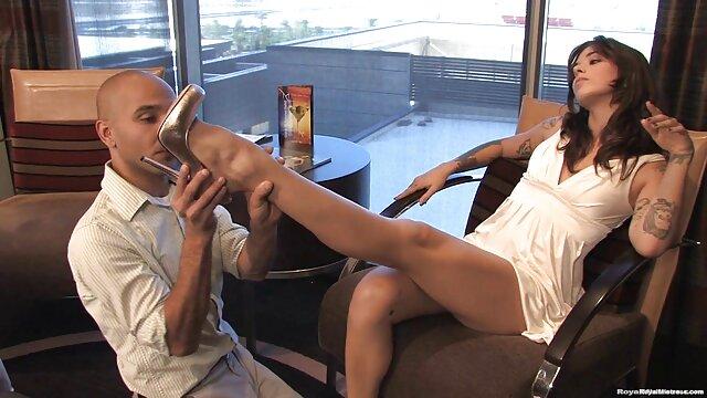 Maîtresse baise son cul devant film xxl pour adulte la caméra avec une bouteille de shampoing