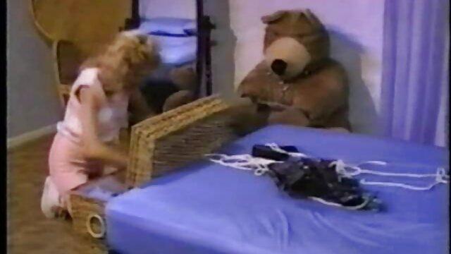 Lisa se déshabille et se doigte la film xxl pornographie chatte