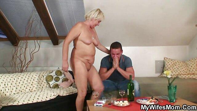 Sexy jeune BBW se déshabille et se masturbe devant sa webcam porno français xxl