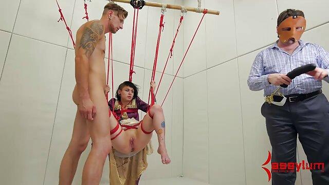 Shay hendrix finhers son arraché humide, tout savonneux dans le xxl porno femme et femme bain