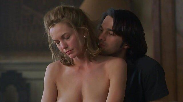 Bombasse super savoureuse baisée durement tout en taquinant son film porno xxl porno cul