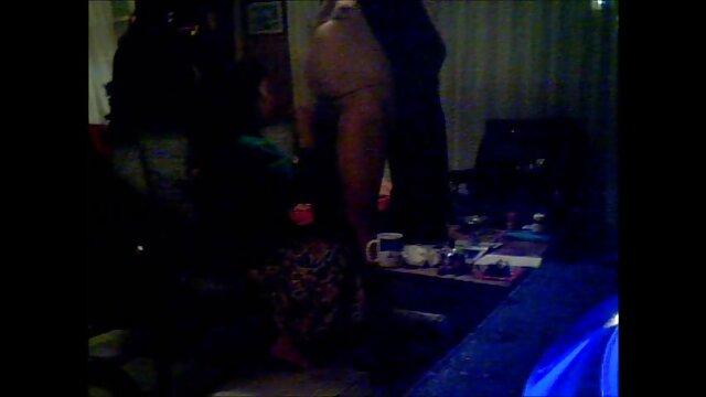 Brunette xxl video gratuit se masturbe sur le canapé devant une caméra cachée